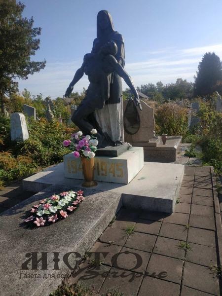На Ладомирському кладовищі вандали знищують пам'ятник загиблим у ІІ Світовій війні