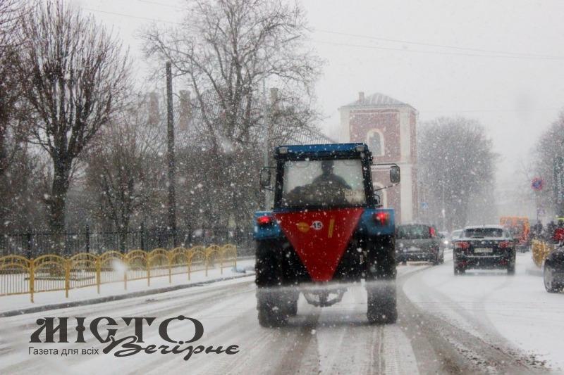 У Володимирі випав сніг. Комунальники вивели на вулиці спецтехніку.