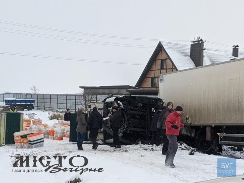 На об'їзній Володимира вантажівка в'їхала у паркан житлового будинку