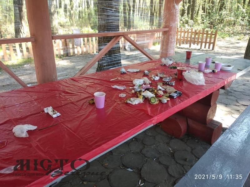 Відпочивальники засмітили зону відпочинку на озері Лісне