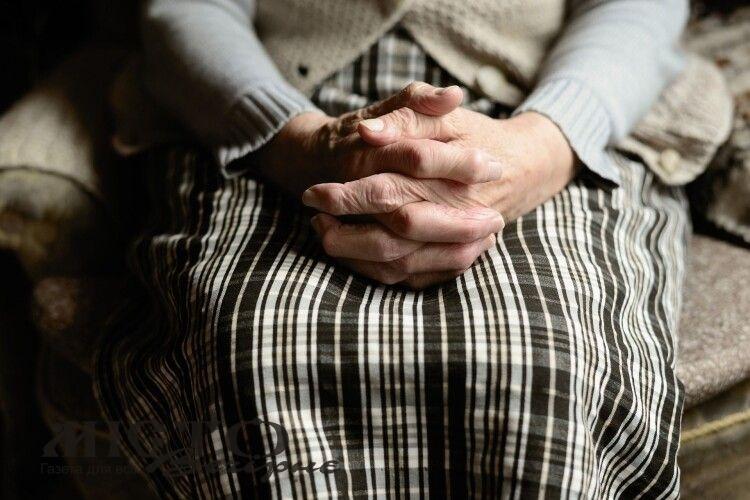 На Волині п'яний чоловік домагався бабусі