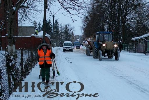 Для очищення вулиць Володимира від снігу використали 20 тонн піщано-сольової суміші за добу