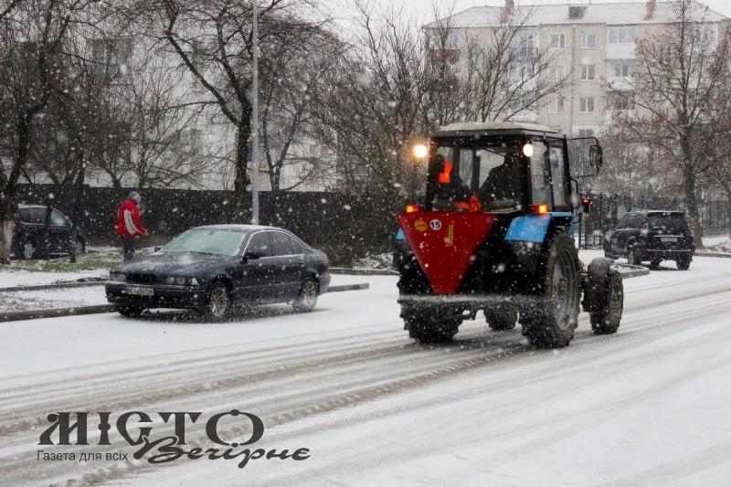 У Володимирі почали посипати дороги протиожеледними сумішами