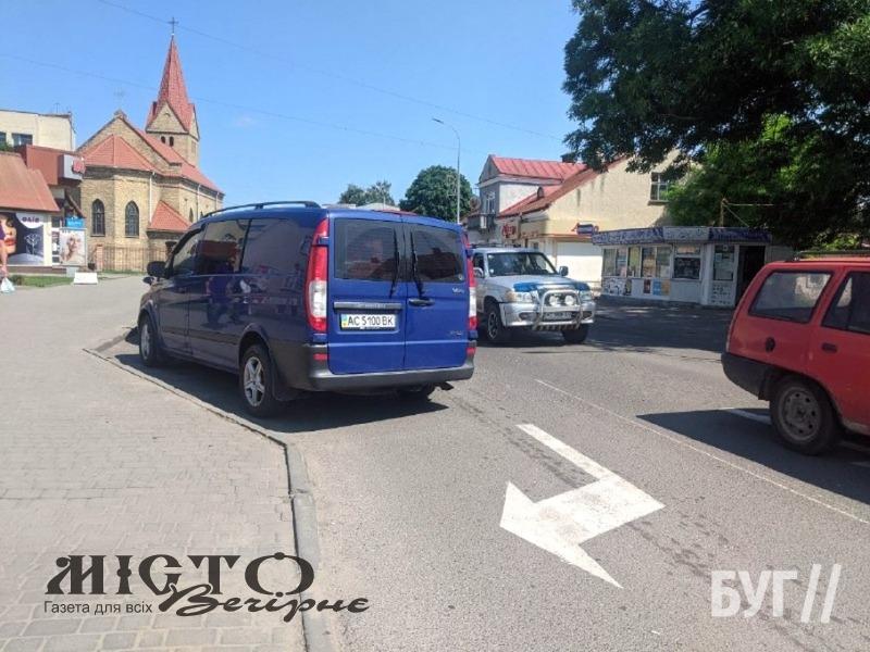 У Володимирі бус припаркувався на смузі руху