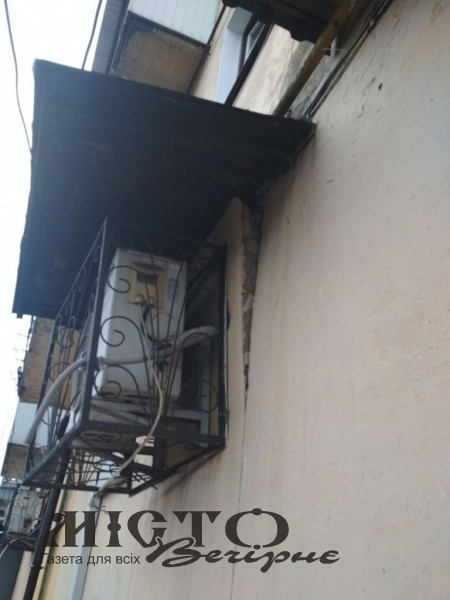Через масивний кондиціонер руйнується стіна багатоповерхівки у центрі Володимира, власник приміщення не реагує