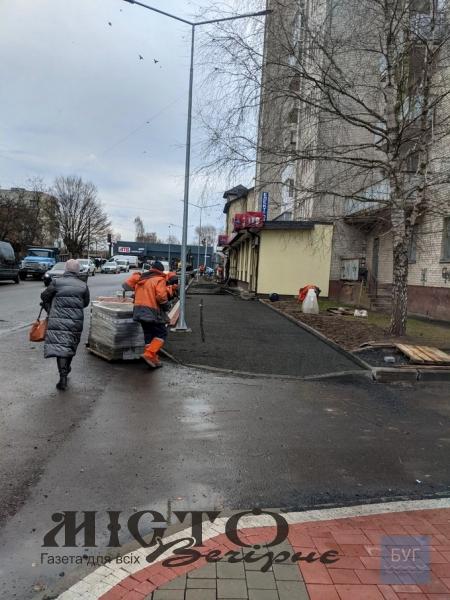 Підрядник заново перекладе бруківку на вулиці Незалежності у Володимирі на вимогу міської влади