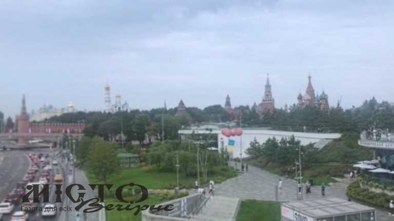 У Москві запустили в небо прапор України