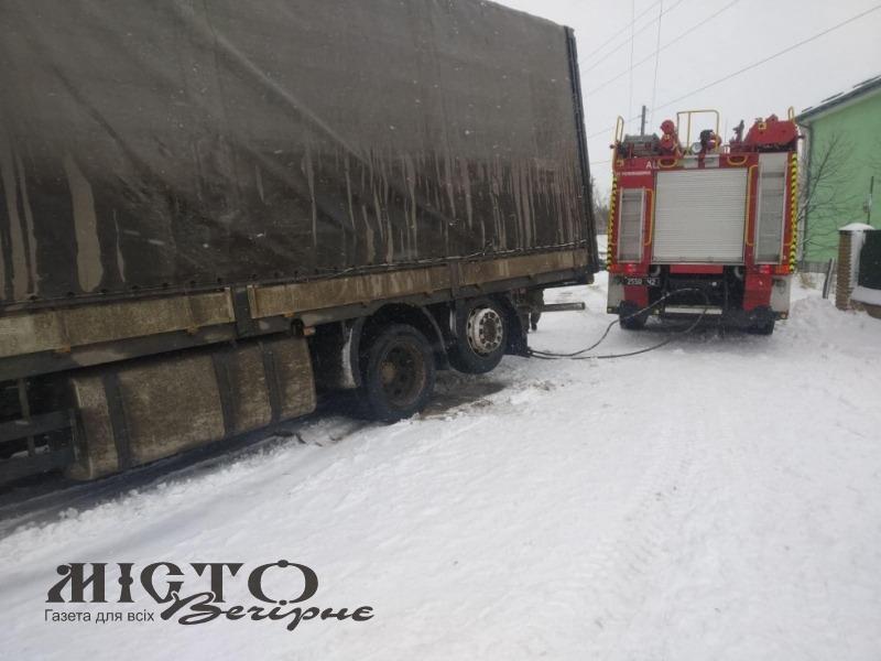 Рятувальники витягли кілька автівок зі снігових заметів на дорогах Володимирщини