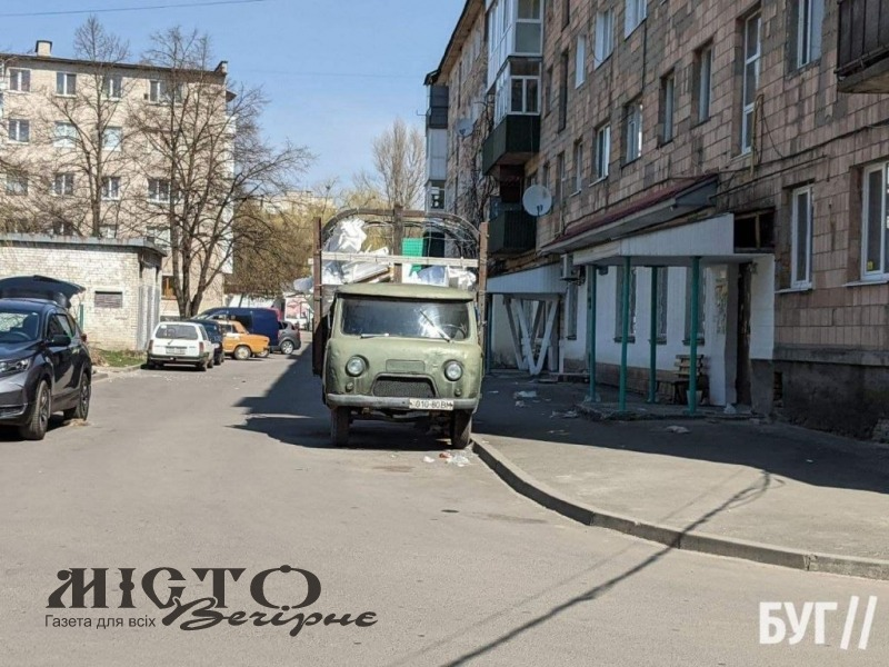 Старий вантажний автомобіль заважає руху в дворі багатоповерхівки Володимира