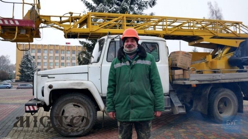 Працівник комунального підприємства 30 років прикрашає ялинку у Нововолинську