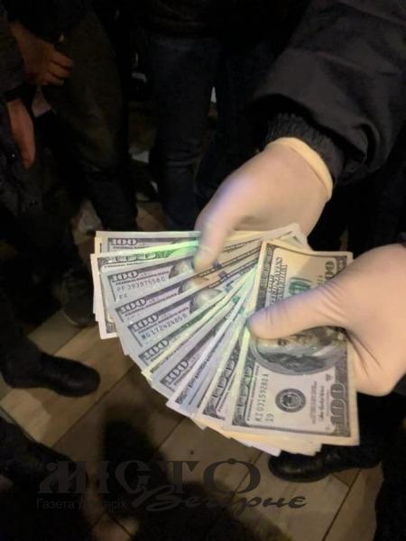На Волині посадовця фіскальної служби затримали на хабарі у 2000 доларів