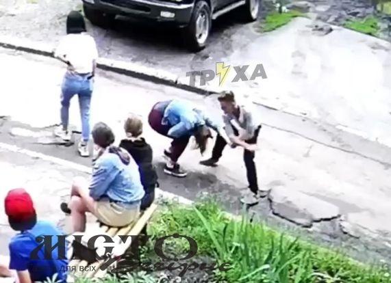 У Харкові хлопець жорстоко побив дівчину на очах у ровесників