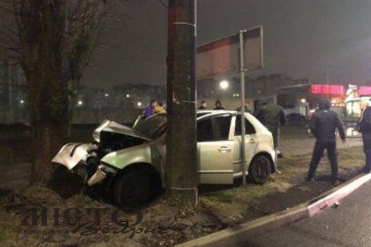 У Луцьку автівка влетіла у дерево, постраждали двоє людей