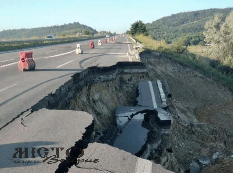На трасі Київ-Одеса стався зсув ґрунту, дорога частково зруйнована