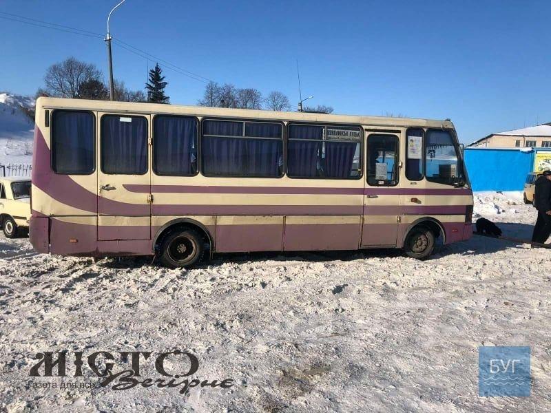 У Володимирі на автостанції в снігу застряг пасажирський автобус