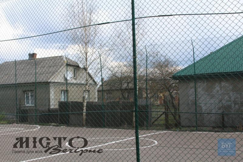 У Володимирі огородили спортивний майданчик у дворі багатоповерхівки на вулиці Ковельській