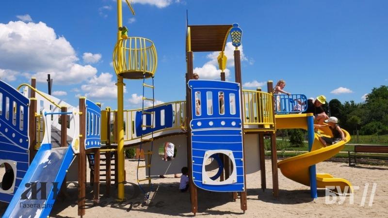 На Риловиці у Володимирі з'явився дитячий майданчик у формі корабля