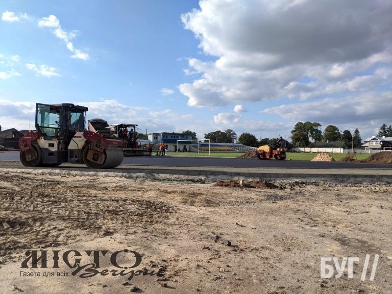 У Володимирі на стадіоні завершують асфальтування бігових доріжок