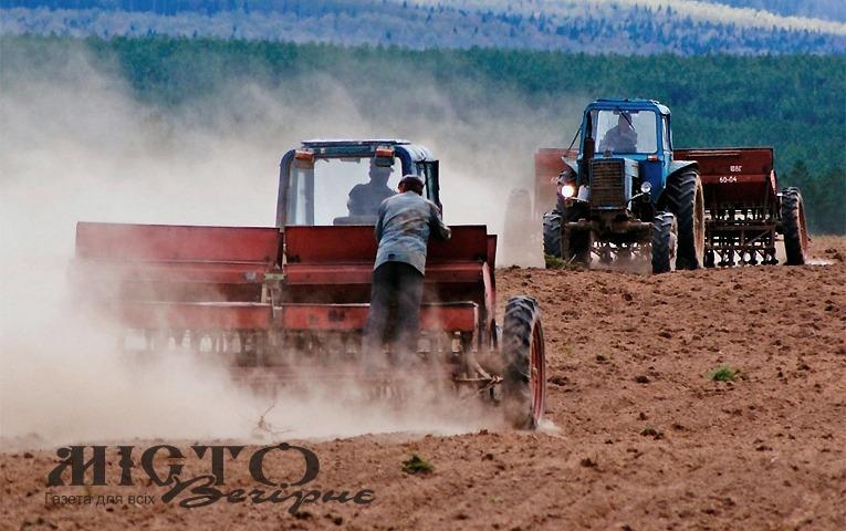 Через дощі на Волині затягнулась посівна кампанія і досі збирають врожай