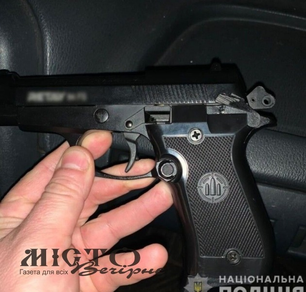 Волинянці в під'їзді погрожував пістолетом невідомий
