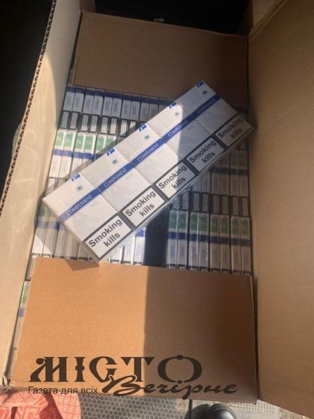 На трасі Ковель-Володимир зупинили бус, запакований 4,5 тисячами пачок цигарок