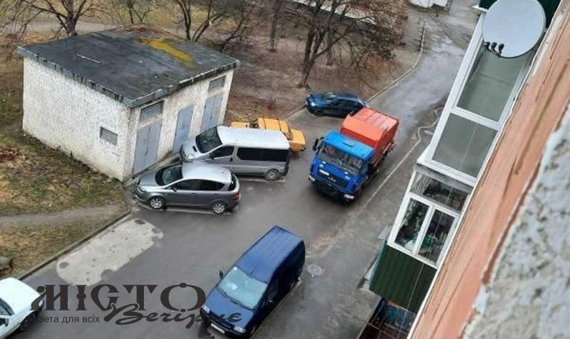 У дворі багатоповерхівки Володимира припаркувались так, що не проїхав сміттєвоз