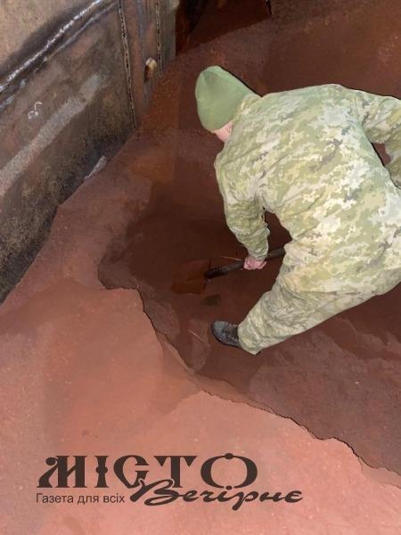 У Володимирі прикордонники відкопали 2 600 пачок цигарок у руді, що перевозили контрабандисти
