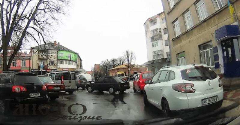 У Володимирі автомобіль, виїжджаючи з парковки, зачепив інший транспортний засіб