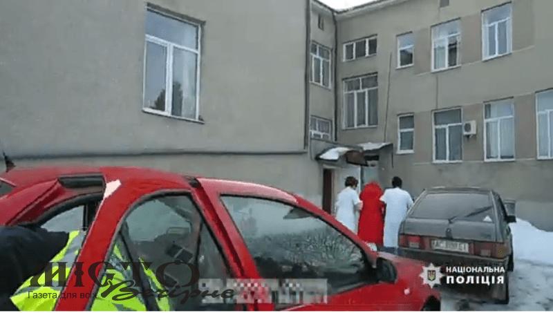 У Володимирі жінка народила у авто. До медзакладу породіллю доставили поліцейські.