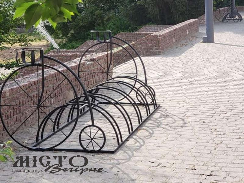 У парку Володимира встановили велопарковки