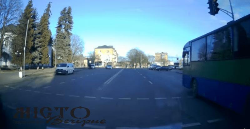 У Володимирі оштрафували водія автобуса за проїзд на червоне