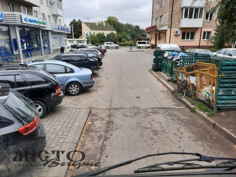 Комунальники Володимира просять водіїв не паркувати автівки біля сміттєвих контейнерів