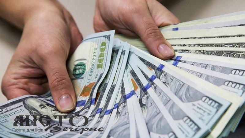 Українцям пообіцяли пенсію в 300 доларів, а зарплату в 900 доларів