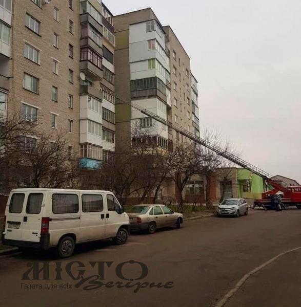 У Володимирі-Волинському рятувальники визволяли з п'ятого поверху дівчину