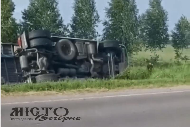 На трасі між Володимиром та Луцьком перевернулась вантажівка