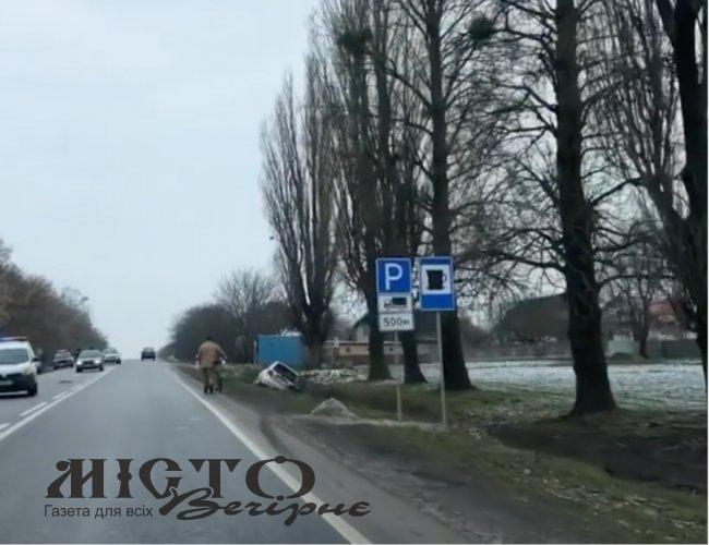 На виїзді з Нововолинська аварія – дві автівки злетіли у кювет