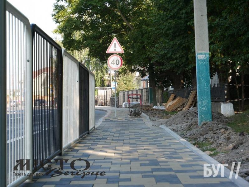 У Володимирі вкладають нові тротуари з бруківки