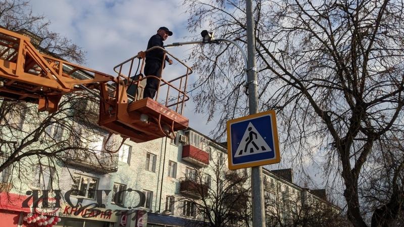 У Володимирі над пішоходними переходами вастанолюють освітлення