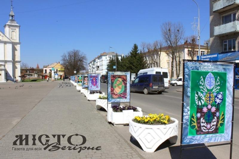 У центрі Володимира встановили виставку дитячих робіт, присвячених Великодню