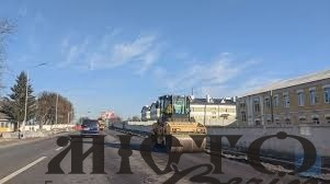 Володимирі та на дорозі до Устилуга асфальтують зупинки та підсипають узбіччя