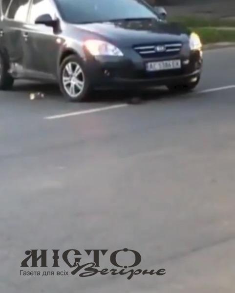 У Володимирі трапилась ДТП. Винуватець втік, залишивши номерні знаки. та бампер