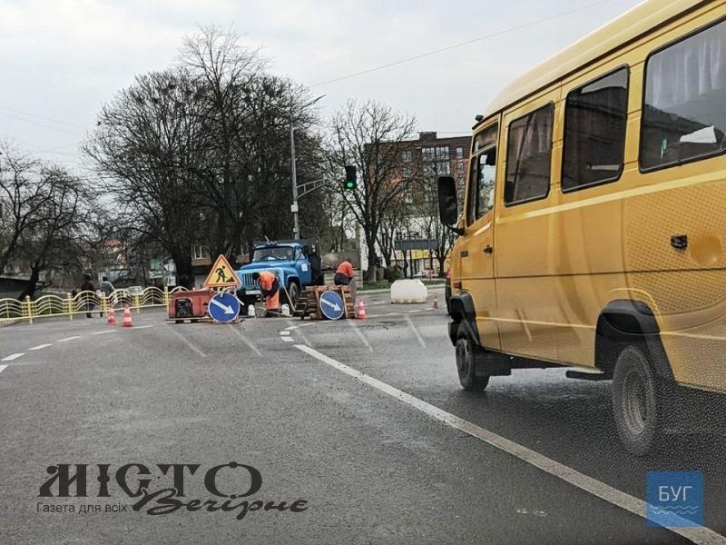 У Володимирі на центральному перехресті ремонтували люк