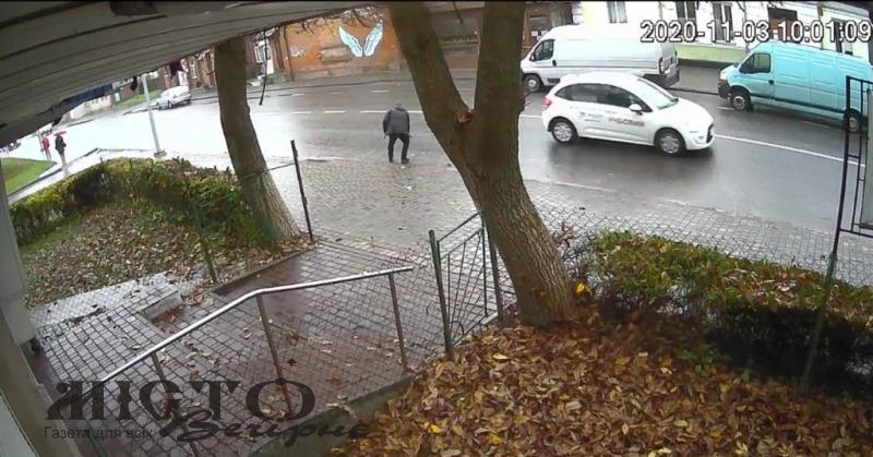 У Володимирі чоловік підібрав загублений телефон і не повернув
