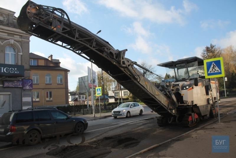 Триває ремонт дороги на перехресті Устилузької та Степана Бандери