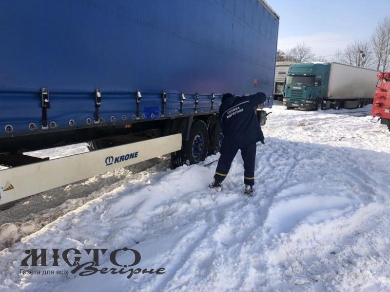 Біля Володимира фура застрягла в снігу