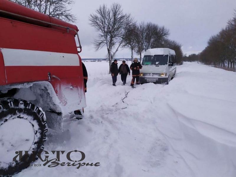 У Володимирі витягнули зі снігового замету маршрутку