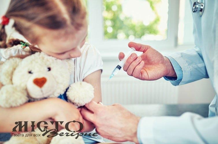 Дітей, не щеплених за віком, мають право відсторонити від занять у школі