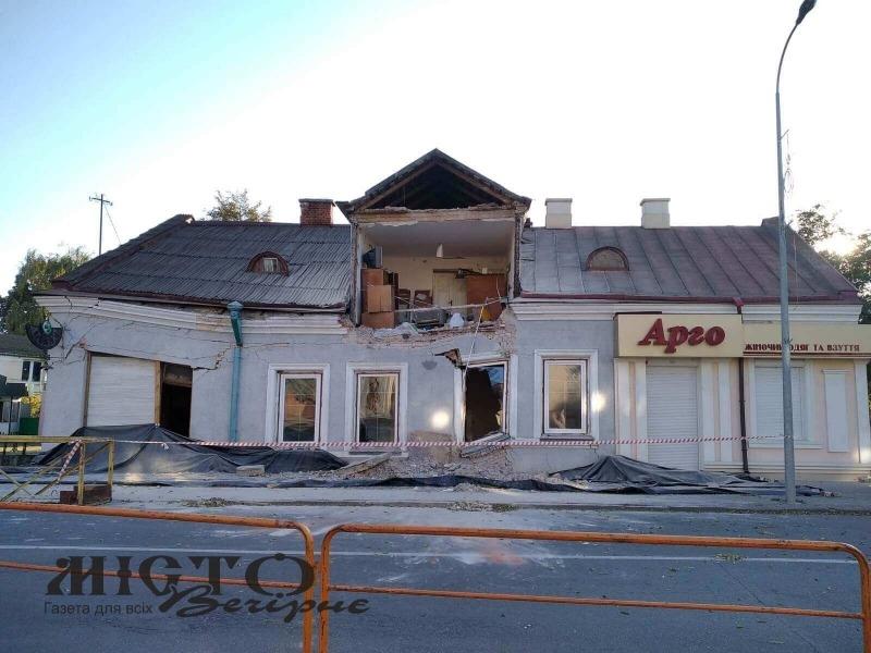 Демонтують будинок, який частково обвалився