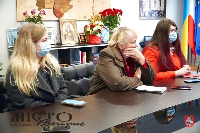 Відносини пацієнтів із сімейними лікарями, розподіл квартир для захисників України – що цікавило журналістів під час брифінгу з міським головою