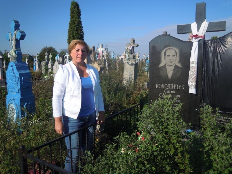 Олена Черенюк біля могили поета.